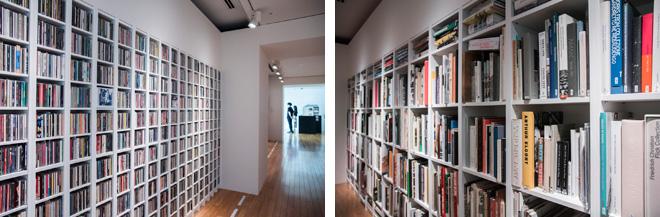 片山正通氏のオフィス「ワンダーウォール」で所蔵されている、美術や建築の書籍ほか、多彩なジャンルのCDが、そのまま展示されている。