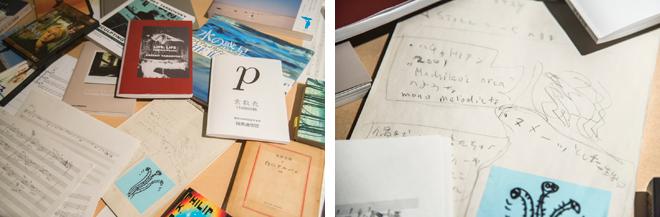 書籍や写真、メモなど、作品のアイデアとなった素材が所狭しと置かれている。