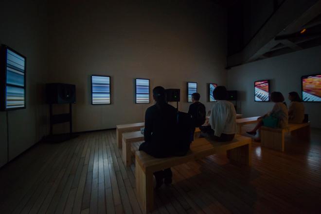 天井高のある空間が今回の展示のメイン会場「on async:」。ベンチに座ると、周りから圧倒的な音が聞こえてくる。