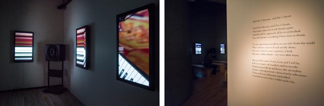 (左)前と左右の壁面に設置された8台のモニターには、ゆっくりと変化する映像作品が映し出される。 (右)壁にあしらわれていた文章は「And this I dreamt, and this I dream」。