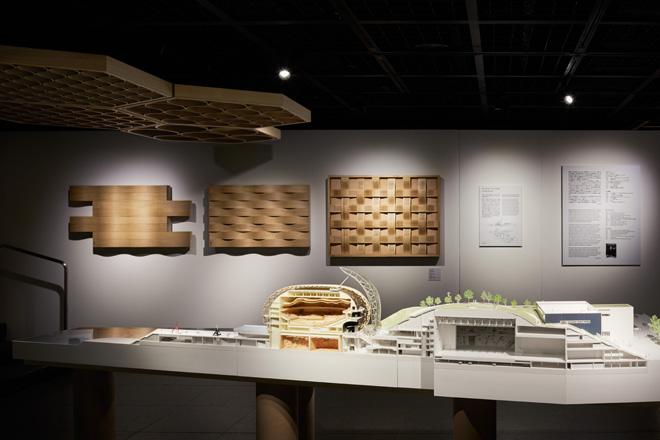ハニカム形状の音楽ホールの天井や、木の板の並べ方を変えて音の響きを調整する壁のモックアップも展示。 (C) Nacása & Partners Inc.