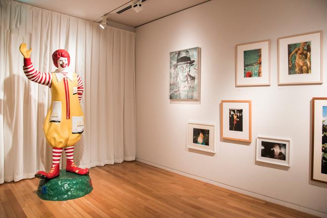 写真やドローイングだけでなく、ドナルド・マクドナルドの人形なども展示された空間は、「人と動物」というモチーフによる分類方法が印象的だ。