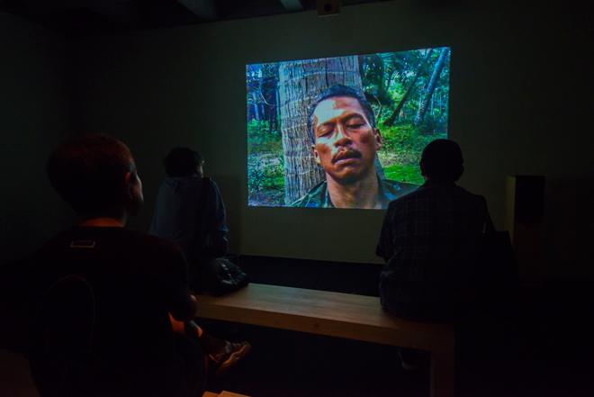 4階の「first light:」と題された作品は、アジアの風景や群衆を捉えた荒々しい映像。アピチャッポン・ウィーラセタクンというタイの映像作家によるもの。