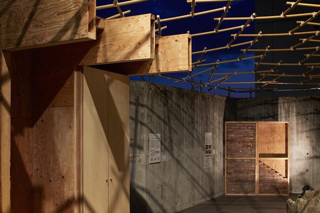 熊本地震の被災者のために設計した仮設住宅のモックアップ。特別な技術がなくても建設できる木製のL字型ユニットを考案し、仮設住宅で生じる音の問題の解消が図られている。(C) Nacása & Partners Inc.
