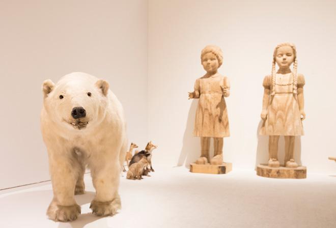 大竹利絵子による大きな木彫の少女像も、シロクマの剥製と同様にインパクトを与える。