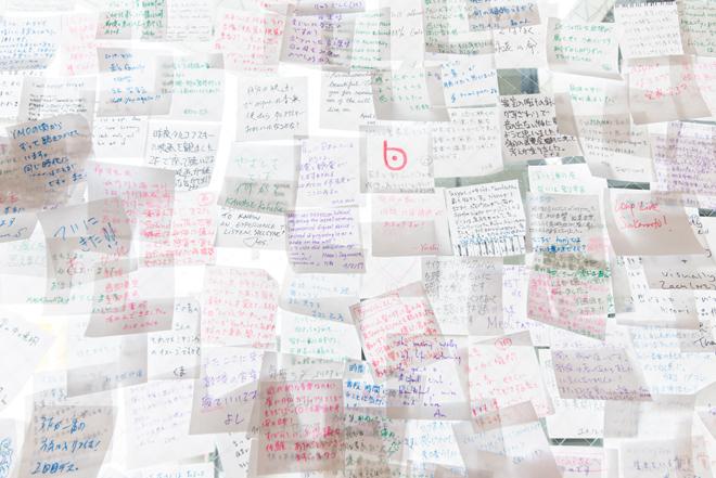 1階受付横の壁には、アルバムを聴いた感想や疑問を書いて貼り付けた付箋がアップされている。