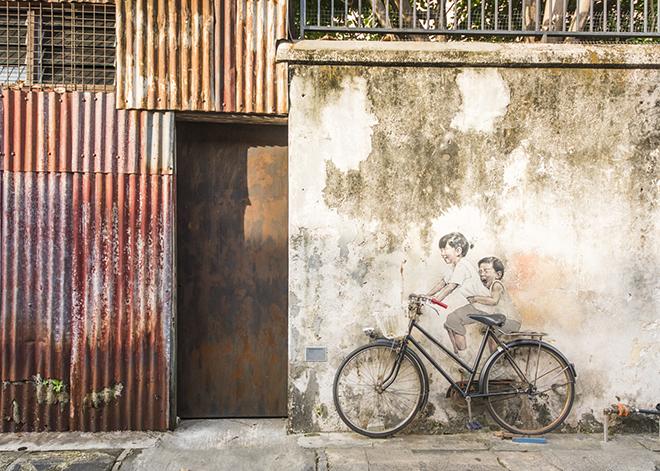 自転車が置かれ乗ることができ、アートと一体化して、記念撮影もできます。