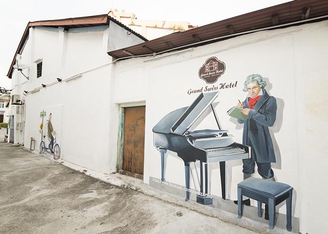 ベートーベンやミスタービーンなど、著名人達の肖像画ストリート。