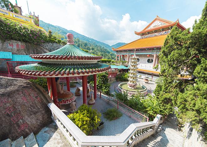 仏教の極楽寺は山の上にあり、広大な規模。天空の極楽浄土の世界のよう。