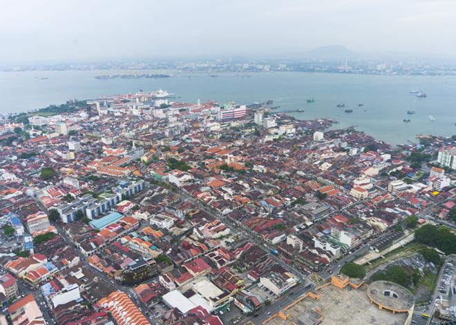 コムタタワーの展望台からは、ジョージタウンと青い海、マレーシア半島まで見渡せます。