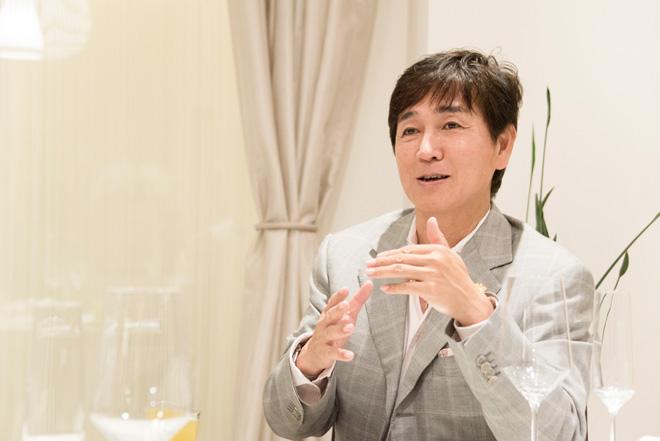 「アンチエイジングと食」をテーマに研究を続けている青木 晃氏。ワインの健康効果に興味を持ち、ワインエキスパートの資格まで取得。