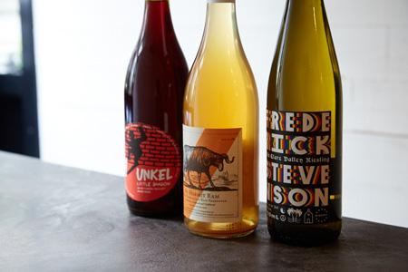 フランス、スペイン、オーストラリア、日本など 各国のナチュラルなテイストのワインが揃う。 グラスワインは800円ぐらいから。