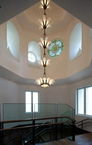 階段踊り場に吊られたアールデコ調のシャンデリアは、1988年の東京ステーションギャラリー開館時のものを使用。