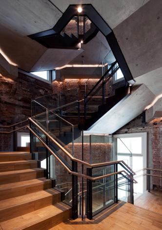 階ごとの展示室をつなぐ階段でも、創建当時の構造用レンガを見ることができる。