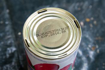 ▲ 缶切りなどを使って、底に穴を開ける。 この穴を確保しないで植えると、水が溜まって根腐れを起こす原因に。