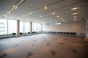 8階ホールは約95名の収容可能なマルチスペース。プロジェクターを使用したセミナーなども開催できる。また、間仕切りで区切ることで、小規模な会議室としても使える。