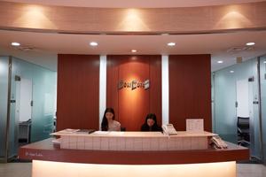 1階フロントカウンターでは、専属コンシェルジュが来客対応や各種サービスをサポートしてくれる。