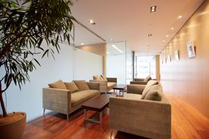 2階ラウンジにはゆったりとしたソファセットを設置。リラックスタイムのほか、ミーティングや商談にも利用できる。