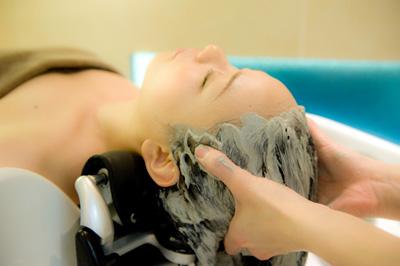 ▲ 数種類の生薬エキスを配合したヘッドスパ専用クレイパック。   デトックスしながら頭皮のコリをほぐしていく。