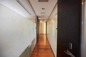 フローリングとガラスのデザインにより、共用部でも上質な空間が創出されている。
