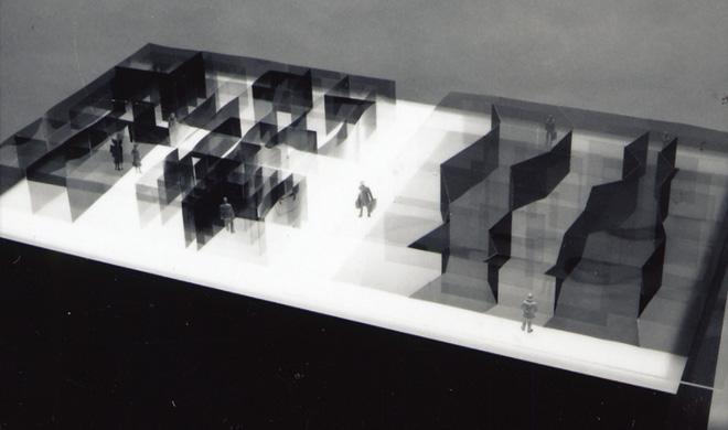 東京藝術大学大学院での修了制作の作品。「人と空間」をテーマにすると決め、この頃から空間の間仕切りに光学フィルムを使うことを思いついた。人のいる位置によって、また、人の見る向きによって空間を変えることを考える。