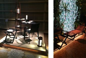 左: ポータブルランプ「ランテルヌ・ドゥ・エルメス」 右: シックな革と背景の鮮やかさが対照的な展示