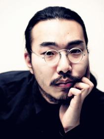 舘鼻則孝(たてばなのりたか)。1985年、東京生まれ。東京藝術大学で絵画や彫刻を学び、後年は染色を専攻して友禅染を用いた着物や下駄の制作をする。すべて手仕事でつくる靴はアートの世界でも注目される。