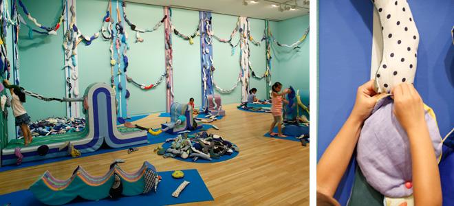 武藤亜希子 《水の路 w+a+t+e+r+w+a+y》 2014年 撮影:木奥惠三 美術館がある木場・深川地域の特徴である水路をテーマに、水の流れをイメージした布製ブロックを組み合わせたり外したりすることで作品は常に形を変えていく。