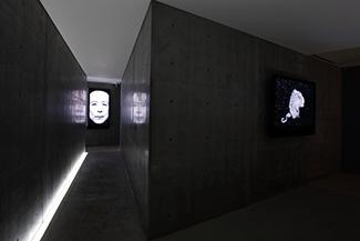 ロバート・ウィルソンのビデオポートレートも会場の随所に展示。/ Photo:木奥恵三