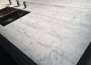 Dadaキッチン 大理石のカラカッタ材をボーダー状に集成加工した天板。