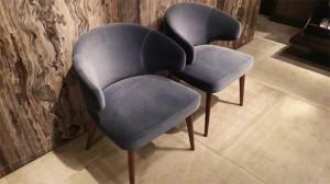 """ディープグレイッシュブルーのチェア。ベルベット素材でラグジュアリー感を演出。""""Aston Chair"""""""