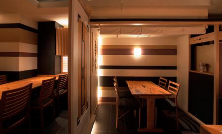 奥は個室使いのできるテーブル席も用意されている。カジュアルな接待にもおすすめ。