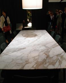 大理石カラカッタを使ったダイニングテーブル。