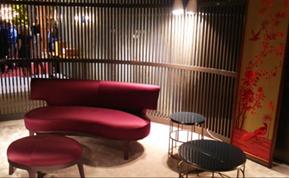 特徴的な赤色のソファとオットマン『ドロップ』