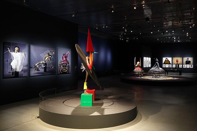 ジャン=ポール・グードのイマジネーションあふれる作品を中心にした、イメージとファンタジーが織りなす展示会場。/ Photo:木奥恵三