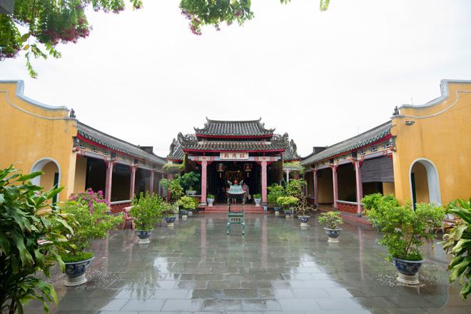 重厚な門構えの瓊府会館。