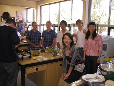 """シドニーの高校生たちに、日本料理を教える""""課外授業""""に挑戦したことも。"""