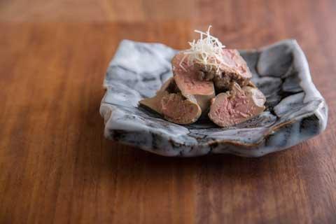 鶏レバーのしょうが煮 500円 イメージはチョコレートのトリュフというだけに、 ロゼ色に火入れしたレバーは口の中でとろりと。