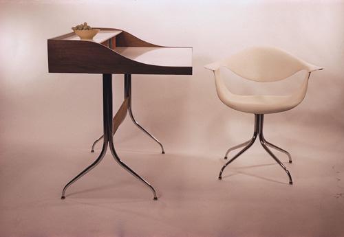 スワッグレッグ・デスク(1958年)と スワッグレッグ・チェア(1954年) Photo: Vitra Design Museum Archiv