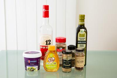 フェタチーズや、アニスのリキュール「ウゾ」など、各国のチーズやお酒、調味料を活用するだけでなく、食材との組み合わせのコツもアドバイス。
