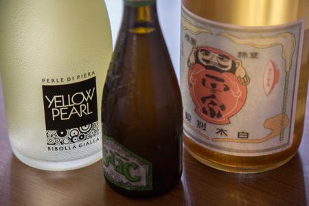 ワイン、イタリアのクラフトビール、日本酒のほか、焼酎なども揃う。 左から、スプマンテ、バラデン イザック、達磨正宗の古酒。