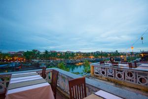 川沿いのレストランはバルコニーつき。夕暮れの空の色の変化を楽しめる。