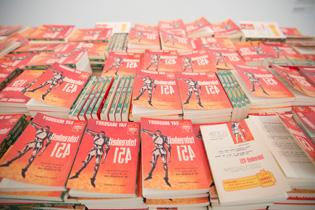 ドラ・ガルシアの「華氏451度(1957年版)。レイ・ブラッドベリの代表作「「華氏451度」(1953)を鏡文字で複製したペーパーバックをインスタレーションした。
