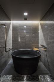 浴槽には信楽焼きの陶器風呂を採用。一品一品が手作りで制作されている。
