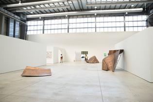 ベトナム人アーティスト、ヤン・ヴォーの「我ら人民は」(2011-2013)。自由の女神像を設計図通りに原寸大に型を取り、250ものパーツに分けて見せるシリーズ作品。