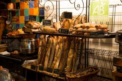 こちらのお店は、薪窯を使っているんだそうです。 パンは全て薪窯で焼かれたものなのだとか。 写真の通り、いろんな種類のバゲット的なものがありますね。 私は残念ながらフランス語ができないので、それがいちいちなんなのか尋ねることはできませんでしたが とりあえず選んでみたのはこのパンです。