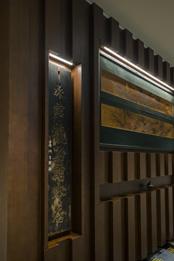 エントランスには旅館時代の看板と、客室の欄間に使われていた龍のレリーフが飾られている。