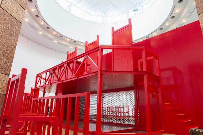裁判所(コート)の大きな赤いチェアに驚かされる「法と星座・Turn Coat/Turn Court」。京都アンデパンダン展における林剛と中塚裕子による10年間(1983~93年)の表現活動をもとに試みられた「創造的アーカイブ」。