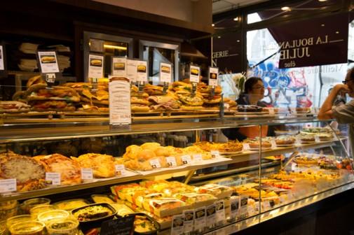 ルーブル美術館の近くにある「ジュリアン」はとにかくサンドイッチの種類が豊富! お惣菜もたくさん並んでいました。近所にあったら通うのになー。