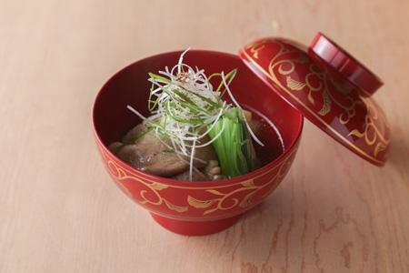 鴨の治部煮  とろりとした衣がついた鴨と揚げなすが日本酒を誘う。4,500円のコースより。